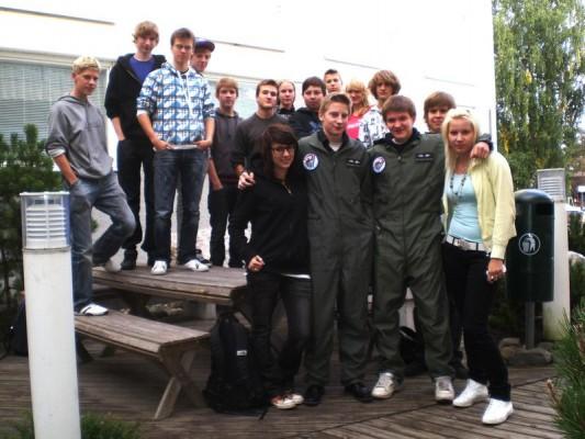 2009 syksyllä aloittanut kurssi poseeraa koulun terassilla.
