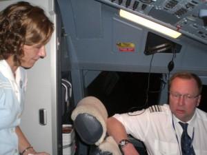 Suljettujen ovien takana työskentelevien pilottien elämänlankana on matkustamohenkilökunta.