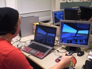 Simulaation kehitystyön kantava voima, ilmailulinjan opiskelija Lars Frei testaa järjestelmää.