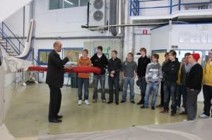 Vastuullinen johtaja Mikko Paronen esittelee Cirrus-konetta