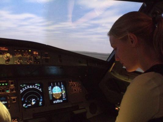 Pia enteellisesti A320 simun ohjaimissa Finnairin koulutuskeskukseen tutustuttaessa.