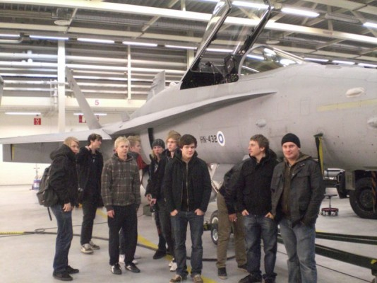 Väsyneen mutta onnellisen näköisiä Ilmailulinjan Hornet-lentäjiä