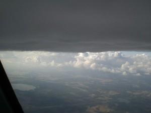 Cumuluspilvien pohjien tasalla ylikehittyneen pilven kasteltavana.