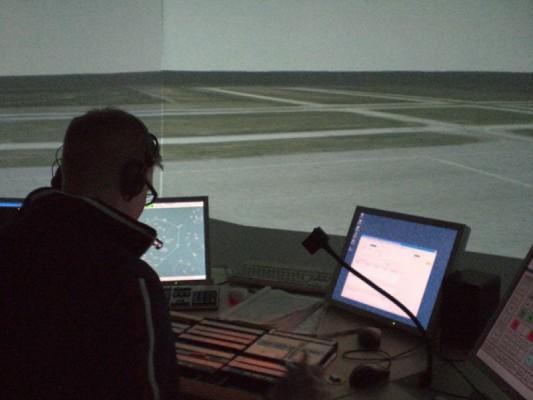 Avia Collegen opintoja tukee hieno lennonjohtosimulaattori ja sen virtuaalinen ja todenmukainen liikenne.