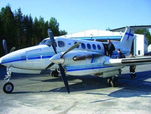 Opiskelijat nousemassa King Air -koulukoneeseen