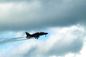 Hawk harjoitushävittäjä lentää ohilennon telineet ja laipat ulkona.
